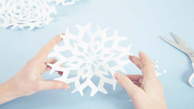 Diy christmas decorations snowflakes paper jewels for How to make paper christmas decorations at home